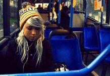 Az anya meglökte a lányt a buszon, hogy az átadja a helyét a fiának, azonban a lány válasza mindenkit megdöbbentett…
