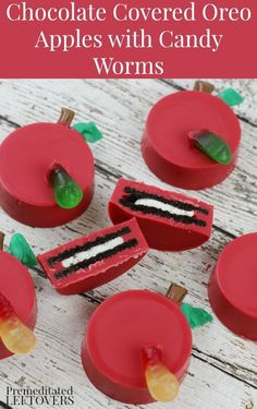 "Easy No-Bake Treat Recipe: Chocolate Covered Oreo Apples with Candy Worms.These red chocolate covered Oreo cookie ""apples"" make a fun back-to-school treat. Red Chocolate, Chocolate Covered Oreos, Chocolate Covered Strawberries, Dipped Oreos, Summer Treats, Holiday Treats, Holiday Fun, Back To School Party, School Treats"