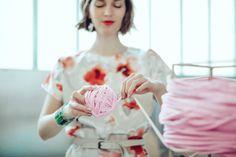 Life style : découvrez une nouvelle façon de tricoter avec le arm knitting