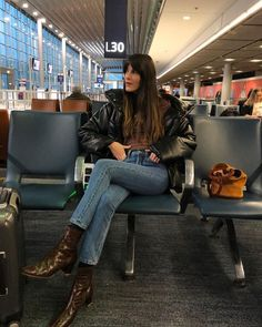 Feb 2020 - Wondering how to look stylish and be comfortable when you're traveling? Here are 25 cool airport outfits to repeat. Jeanne Damas, Leila Yavari, Airport Style, Airport Outfits, Fashion Essentials, Winter Looks, Look Chic, French Fashion, Who What Wear