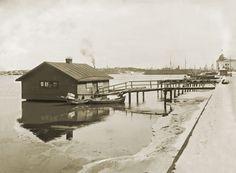 Pyykinhuuhteluhuone Kanavaranta 4 kohdalla. Taustalla oikealla häämöttää Katajanokan kasino. Signe Brander 1913.