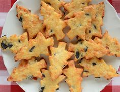 Recipe for Parmesan Olive Cookies- Rezept für Parmesan-Oliven-Plätzchen How about baking hearty cookies this Christmas instead of sweets? The recipe for spicy Parmesan olive biscuits can be found here. Party Finger Foods, Snacks Für Party, Christmas Brunch, Christmas Foods, Christmas Tree, Christmas Cookies, Christmas Crafts, Party Buffet, Xmas Food
