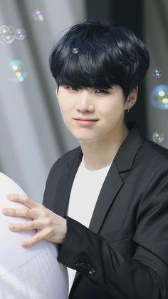 No wonder hes called suga, hes so sweet! Jimin, Min Yoongi Bts, Min Suga, Bts Bangtan Boy, Daegu, Agust D, Foto Bts, Mixtape, K Pop
