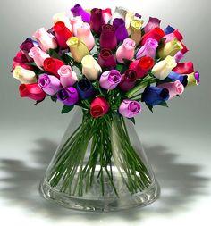 Vaso cheio de botões de rosas