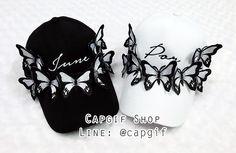 หมวกแก๊ปปักตัวอักษร นอกจากจะปักชื่อแล้วยังสามารถตกแต่งหมวกด้วยผีเสื้อให้สวยในสไตล์ของคุณเองได้ ใบเดียวก็สั่งทำได้ค่ะ ^^ #หมวกปักชื่อ #หมวกปักตัวอักษร #หมวกปักชื่อราคาถูก #หมวกติดผีเสื้อ