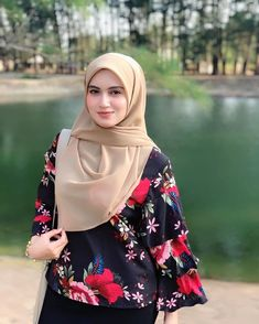 Hi lovelies! I'm wearing bawal shawl from 😍😍 love love sangat… Hajib Fashion, Modern Hijab Fashion, Young Fashion, Muslim Fashion, Fashion Outfits, Casual Hijab Outfit, Hijab Chic, Casual Wear, Beautiful Muslim Women