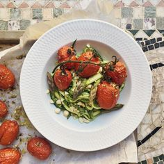 Slowely roasted tomatoes with asparagus, zoodles and pesto of pistachios // Långrostade tomater med sparris- och zucchininudlar och pistagepesto