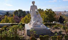 Junto a la Real Basílica de San Francisco El Grande, se encuentra la Dalieda de San Francisco, una zona verde diseñada como parte integrante del antiguo convento y que es la antesala de acceso al parque de la Cornisa. -