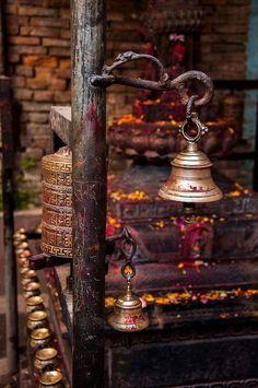 ☀ sinos e luzes - Nepal. A mixture of hindu and buddhist elements can be seen around every corner. Goa India, Voyage Nepal, Le Tibet, Religion, Zen Meditation, Tibetan Buddhism, Parasol, Santa Lucia, Feng Shui