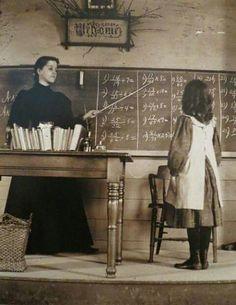 Miss Lillian Pratt and her student In Sudbury, Mass. - 1889 ♥ Miss Lillian Pratt and her student In Sudbury, Mass. Vintage Pictures, Old Pictures, Vintage Images, Old Photos, Antique Photos, Vintage Illustration, Old School House, Vintage School, School Daze