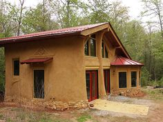 A cob house Cob Building, Green Building, Building A House, Super Adobe, Cob House Plans, Adobe Haus, Earth Bag Homes, Hut House, Earthship Home