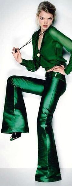 Flared pants + Silky Blouse /Button-down Shirt / Top (monochromatic in Emerald Green steps the game up = DROOL Factor! Looks Style, My Style, Winter Typ, Mean Green, Moda Casual, Green Fashion, Trends 2018, Emerald Green, Emerald City