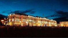 O casal do @viverporaremar registrou esse belo clique do Museu Hermitage à noite, um dos maiores museus do mundo! Quando a foto foi tirada era mais de meia noite e o céu estava assim!! Não escurece completamente no verão, sendo assim chamadas de noites brancas.  #janelaparaomundo #viverporaremar #hermitagemuseum #russia #viagem