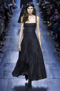 Une très belle robe noire gipsy repérée lors du défilé prêt-à-porter automne/hiver 2017-2018 Dior