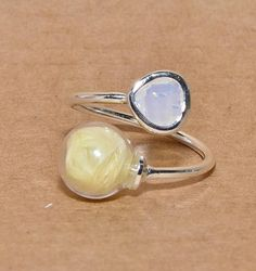 Bague cabochon facettes blanc irisé et globe verre plumes Globe, Gemstone Rings, Silver Rings, Gemstones, Etsy, Jewelry, Yellow Jewelry, Pastel Yellow, Veneers Teeth