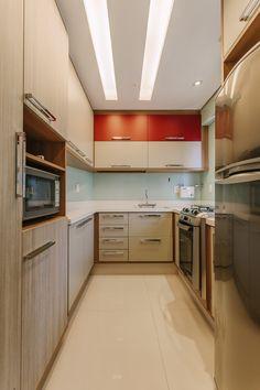 amenajare bucatarie gresie alba mobila de bucatarie iluminare tavan Architecture Design, Kitchen Cabinets, House Design, Interior, Grande, Modern, Home Decor, Light Colors, Kitchens