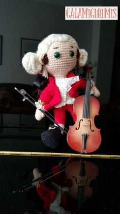 Free Pattern but need translator - plus Photo tutorial - Mozart con su Violoncelo Crochet Doll Pattern, Crochet Patterns Amigurumi, Amigurumi Doll, Crochet Dolls, Crochet Music, Crochet Crafts, Cello, Amigurumi Tutorial, Cute Dolls
