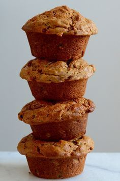Muffins met rijpe mango en er zit zelfs courgette in Healthy Muffins, Healthy Treats, Healthy Baking, Mango Muffins, Breakfast Cake, Breakfast Muffins, Food Inspiration, Love Food, Snack Recipes