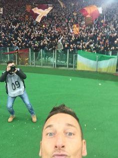 Roma'nın efsane oyuncusu Totti gol sevincini selfi çekerek kutladı. Tarihteki ilk selfieli gol sevincine imza atmış oldu.