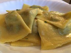 Ravioli ai carciofi con burro al timo, gustoso primo piatto di pasta fresca ripiena con carciofi e ricotta, ideale anche nei menù dei giorni di festa.