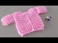 "Como hacer en crochet o ganchillo una chaqueta campera, chambrita, batita para bebés, niñas en punto fantasía ""efecto 3 D"" muy fácil y rápida. Crochet Baby Jacket, Gilet Crochet, Crochet Shirt, Baby Girl Crochet, Crochet Baby Clothes, Crochet Baby Shoes, Crochet Cross, Cute Crochet, Baby Pullover Muster"
