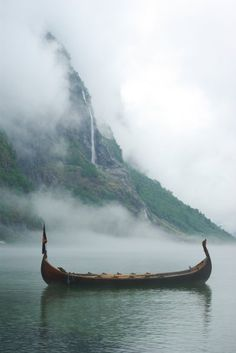 Vikings Vikings At the heart of the Viking culture lies the Viking ship. These… Vikings History Vikings Vikings Series Lothbrok HVITSERK Norse Vikings Art, Vikings Tv Show, Norse Vikings, Norse Pagan, Norse Mythology, Fenrir Tattoo, Viking Aesthetic, Viking Wallpaper, Symbole Viking