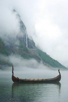 Accosté au port de Gudvangen, ce drakkar perdu au milieu de la brume semble sortir tout droit d'une autre époque.