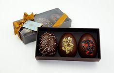 A chef chocolatière Luciana Lobo, da Cau Chocolates (cauchocolates.com.br), preparou duas caixas com três sabores: a Equilíbrio, com goji berry, grué de cacau e sementes de abóbora, e a Crocante, com castanha de baru, macadâmia e praliné. Cada uma custa R$ 96