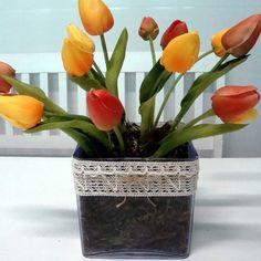 Distribuímos num vasinho de acrílico cristal 14 tulipas de EVA com excelente acabamento (amarelas e laranjas). Do lado de fora uma renda creme amarrada com um lacinho de sisal dá um ar de delicadeza ao arranjo. Perfeito para a mesa da cozinha ou um móvel de sua sala.    Medidas do vaso: 11 x 11 x 11 cm (larg x alt x comp)  Medidas do vaso com as flores: 11 x 25 x 11 cm (larg x alt x comp)    Atenção para a taxa de juros ao parcelar a sua compra! R$ 65,00