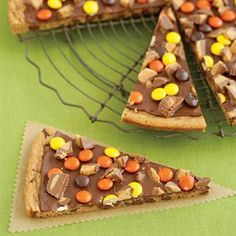 Cookies for Kids - Fun Kid Party Cookie Recipes - Peanut Butter Cookie Pizza (slide Fall Recipes, Holiday Recipes, Cookie Pizza, Cookie Dough, Candy Pizza, Cookie Bakery, Cookie Crust, Dessert Crepes, Dessert Pizza