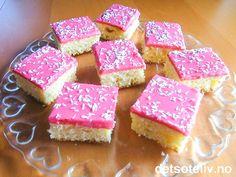 """""""Prinsessemums"""" er en myk og deilig kokoskake som er dekket med rosa jordbærglasur og pyntet med litt kokosdryss. Søtt og godt! Oppskriften er til liten langpanne."""