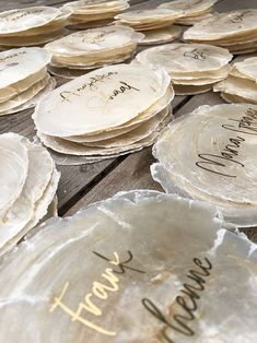 Namenskarten aus echten Muscheln For the special details on the laid table: Name cards made of genuine Capiz shells. The names are available in different colors and fonts. Not only great for weddings, but also for baptisms, summer parties and more.