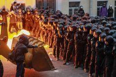 1er décembre 2013 - Des manifestants essayent d'intimider la police devant la résidence présidentielle en Ukraine. Les manifestants souhaitent la démission du gouvernement.