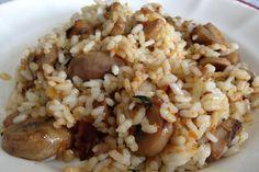 El arroz con setas en una receta simple, pero muy nutritiva y con ningún tipo de grasa animal, por lo que es perfecta tanto para veganos como vegetarianos. Guisado, Menu Dieta, Risotto, Grains, Rice, Ethnic Recipes, Food, Green Juices, Mushrooms Recipes