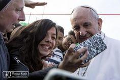 Ferenc pápa március 12-én a római Szent Mária Magdolna-plébánián tett látogatást, ahol az idősek, a hitoktatók, a családok mellett gyerekekkel is találkozott, válaszolt kérdéseikre. Papa Francisco, Pope Francis, Ferenc Pápa, Marvel, Couple Photos, Couples, News, Vatican, Couple Shots