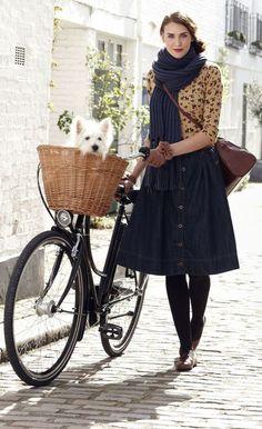 Cycle lady with retro bike, denim midi skirt, leather bag, big blue knitted scar. Modest Dresses, Modest Outfits, Modest Fashion, Nice Dresses, Cycle Chic, Mode Simple, Retro Bike, Bike Style, Street Style
