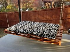 diy-outdoor-fence-swing-pallet-bed-design-ideas-wooden-pallets-project-plans-and-tips