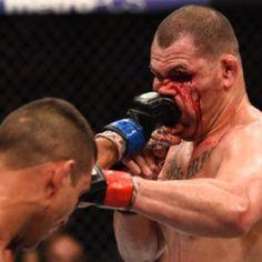 Velásquez cai na armadilha, Werdum finaliza e é campeão