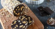 Nutellás-mogyorós kekszszalámi recept képpel. Hozzávalók és az elkészítés részletes leírása. A Nutellás-mogyorós kekszszalámi elkészítési ideje: 30 perc