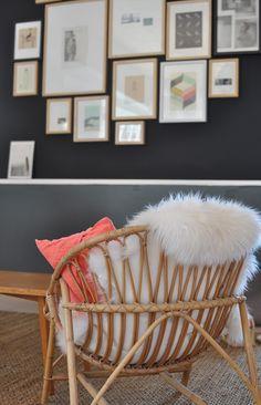 Accumulation de tableau et le siège avec moumoute: très zen! J'aime bcp... et le chat aussi! Lol  Plus de découvertes sur Déco Tendency.com #deco #design #blogdeco #blogueur