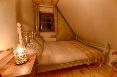 """""""Buk"""" to propozycja dla 3-osobowej rodziny. Znajdziesz tam jedno łoże małżeńskie i drugie mniejsze łóżko. Pokój posiada ściankę działową pomiędzy łóżkami."""