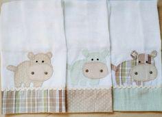 Kit com 3 fraldinhas de boca, tecido 100% algodão garantindo conforto e maciez para o bebê.    Vem em embalagem de tule para presente.    PERSONALIZADA de acordo com preferências do cliente.    *Consulte as opções disponíveis em cores para menino e menina.    Tamanho: 35cmx35cm  Altura: 35.00 cm ...