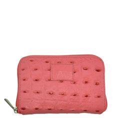 Carteira em couro com textura croco na cor rosa.