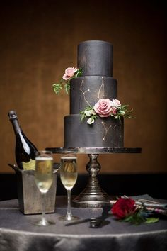 32-black-wedding-cake-with-gold-constellation-and-fresh-roses.jpg (564×846)