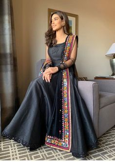 Simple dress with heavy dupatta, suits with heavy work dupatta, trendy plain suit with shawl fashion, Pakistani latest shawls dresses designs, Plain chiffon dupatta designs Pakistani Fashion Party Wear, Pakistani Formal Dresses, Indian Gowns Dresses, Pakistani Dress Design, Pakistani Outfits, Indian Outfits, Party Wear Indian Dresses, Gown Party Wear, Indian Wedding Gowns