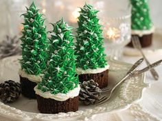 Turn chocolate cupcakes into magical Christmas Trees using upturned ice-cream cones piped with spiky green icing Christmas Cupcakes Decoration, Christmas Tree Cupcakes, Pretty Christmas Trees, Halloween Cupcakes, Diy Christmas Tree, Christmas Treats, Christmas Baking, Christmas Holidays, Magical Christmas