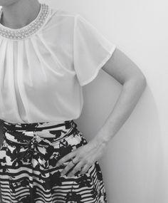 Prova d'abito Gonna lunga in seta bianca e blu homemade in fantasia floreale e righe, camicia bianca con collo prezioso