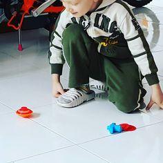 """Noto spesso come i giochi semplici rendono felici i bambini. Le trottole. Giochi """"banali"""" ma è comunque affascinanti. Come vorrei ri-imparare a ri-giocare spensierato come una volta. Ricordo che attendevo i pomeriggi per giocare. Bei tempi. #ruggerolecce"""