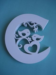 Letra decorada com casal de passarinhos e coração. Altura 15cm, espessura 15mm. Pode ser pintada na cor que desejar. Pode ser feita em outros tamanhos com mdf nas espessuras de 3mm, 6mm, 9mm ou 15mm. Consulte preço para outros tamanhos. Altura: 15.00 cm Código do produto: 3E878E