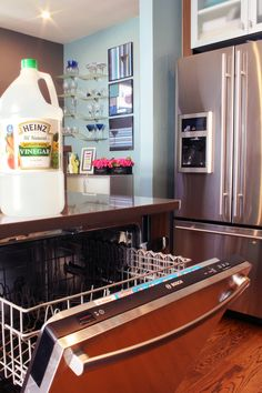 How to clean a dishwasher with vinegar to eliminate odors Diy Dishwasher Cleaner, Dishwasher Cleaning Tips, Dishwasher Smell, Diy Home Cleaning, Cleaning Appliances, Cleaning Wood, Household Cleaning Tips, House Cleaning Tips, Cleaning